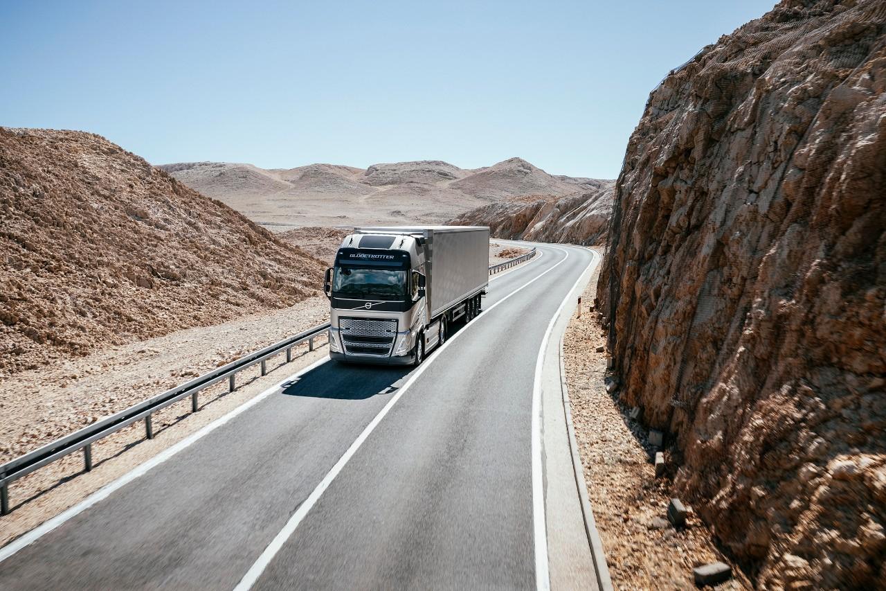 Samochód ciężarowy jadący przez górzysty pustynny krajobraz